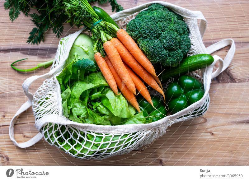 Frisches rohes Gemüse in einer wiederverwendbaren Einkaufstasche Möhre Salat Broccoli frisch Diät Vegetarische Ernährung Gesundheit regional Netztasche