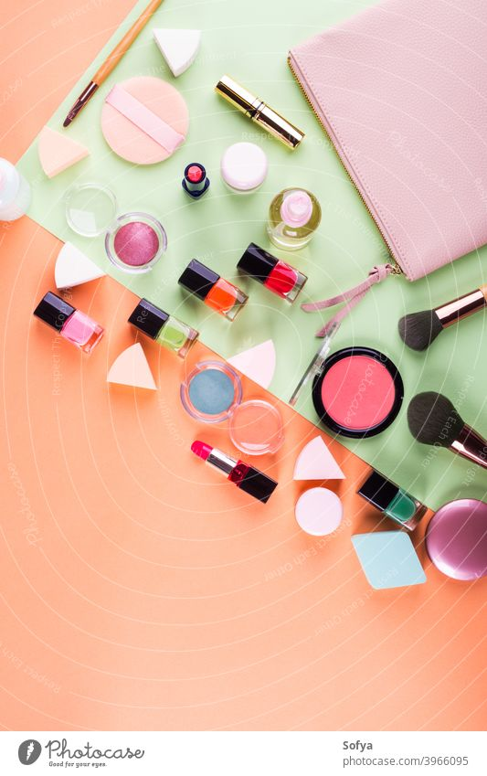 Make-up-Zubehör auf Orange und Grün. Flachlegen zusammenstellen flache Verlegung Schönheit Produkte Mode Farbe rosa machen nach oben orange Kantalupe Frau Minze