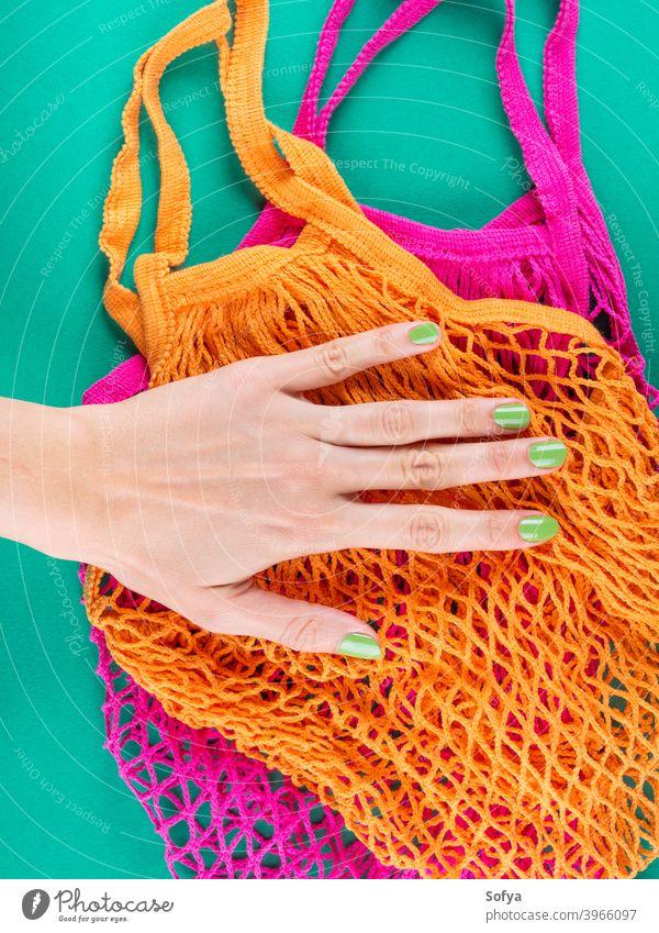 Null Abfall. Farbe Netz-Einkaufstaschen auf grün wiederverwendbar keine Verschwendung Netzbeutel Hände Lebensmittel Taschen kaufen Masse produzieren nachhaltig