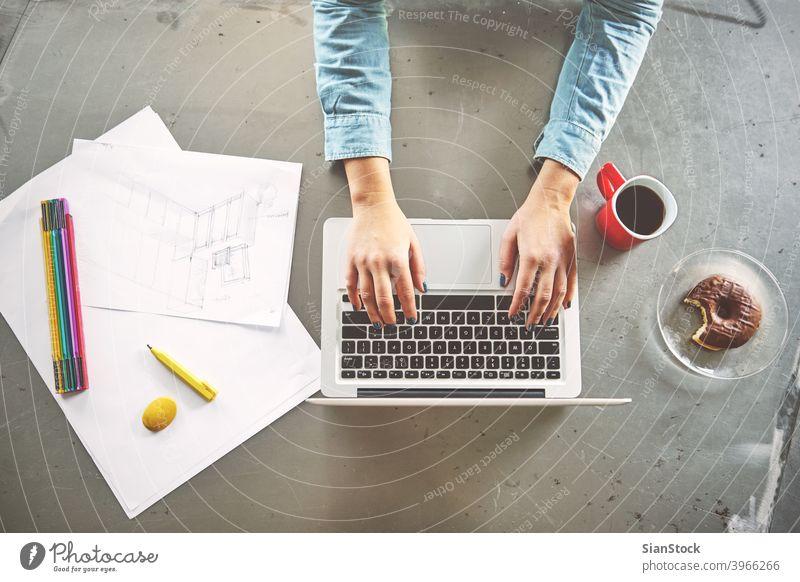 Draufsicht einer Architektin, die im Büro am Computer arbeitet Laptop Business Arbeitsplatz Hände Frühstück Keyboard Schreibtisch Hand Tisch arbeiten