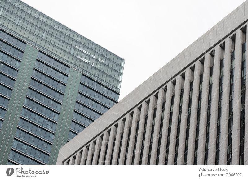 Hintergrund von Geschäftshausfassaden in der Stadt Straße Architektur Skyline Gebäude Großstadt Fenster Wolkenkratzer Metropole Turm Stadtlandschaft urban Büro