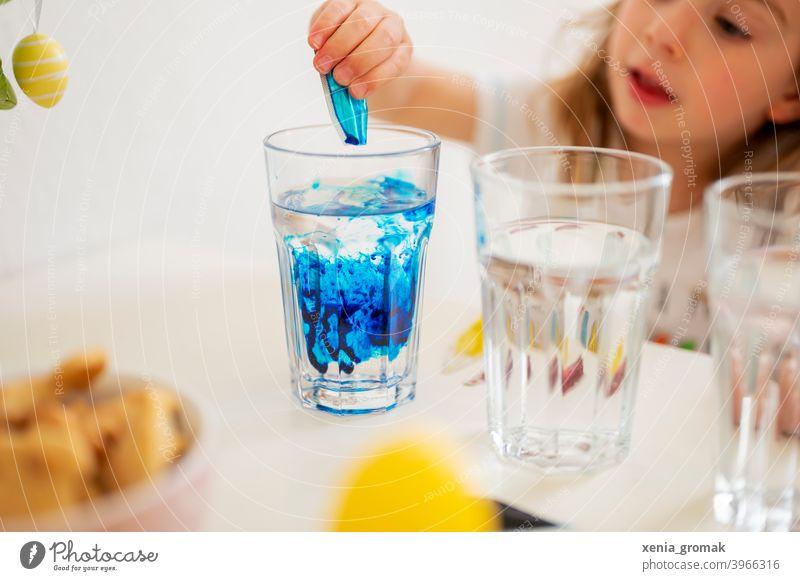 Eier färben Ostern Blau Glas Lebensmittelfarbe blau Kinderspiel zuhause bleiben Frühling Osterfest Tradition Dekoration & Verzierung mehrfarbig Feste & Feiern