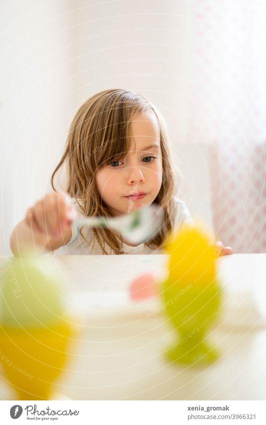 Kind Ostern Ostereier Kindheit Kindererziehung Familie Kinderspiel zuhause bleiben Farbfoto Familie & Verwandtschaft Porträt Junge