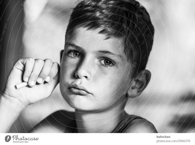 . Porträt Unschärfe Sonnenlicht Kontrast Licht Schatten Tag intensiv Innenaufnahme Nahaufnahme ernst Spielen Enttäuschung Bleistift Ärger Traurigkeit Coolness