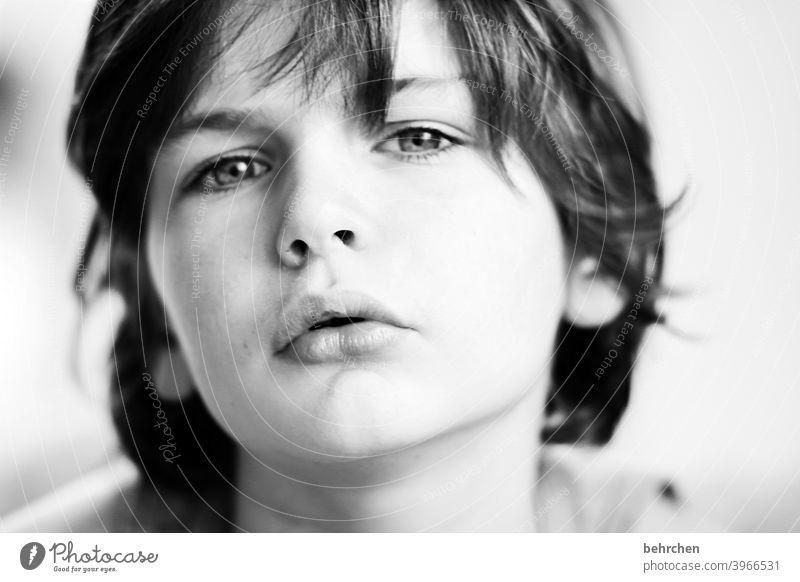 modeltyp Coolness lange Haare frech Familie Licht Tag Gesicht Kindheit Junge Nahaufnahme Kontrast Porträt Sonnenlicht Haare & Frisuren Sohn Mund Lippen