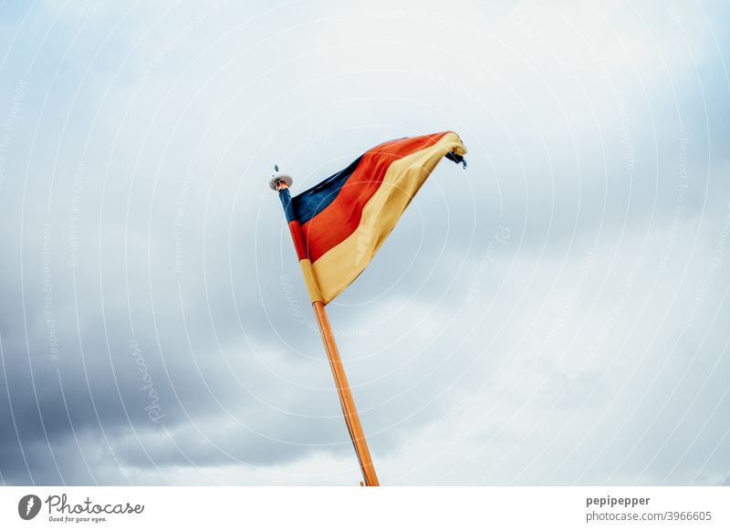 Deutschlandfahne Deutsche Flagge Fahne Patriotismus Nationalflagge rot schwarz gold Politik & Staat Außenaufnahme Farbfoto Wind wehen Stolz Tag Menschenleer