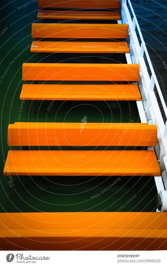 orangene Bänke in einer Reihe auf einer Schiffsfähre Schifffahrt Schiffsdeck Ferien & Urlaub & Reisen Tourismus Wasserfahrzeug Ausflug Fähre Decke Kreuzfahrt