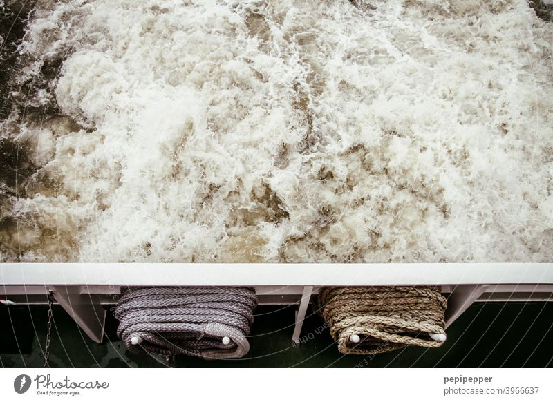 aufgewirbeltes Wasser am Heck einer Fähre Schifffahrt schiffahrt schifffahrtslinie Wasserfahrzeug Meer Hafen Ferien & Urlaub & Reisen Wellen Wasseroberfläche