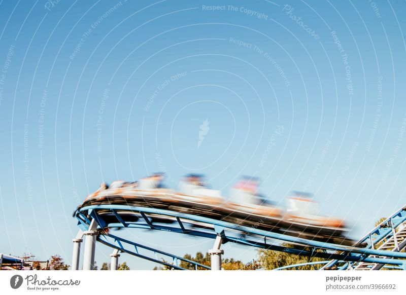 Achterbahn achterbahnfahrt achterbahn fahren Freizeit & Hobby Jahrmarkt Kirmes freizeitpark Freizeitparks Freude Außenaufnahme Vergnügungspark Farbfoto Himmel