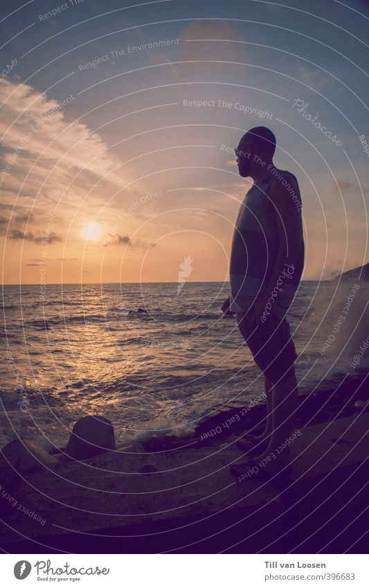 Goa Sea Shore maskulin 1 Mensch Umwelt Natur Himmel Horizont Sonne Sonnenaufgang Sonnenuntergang Sonnenlicht Wellen Küste Flipflops leuchten stehen