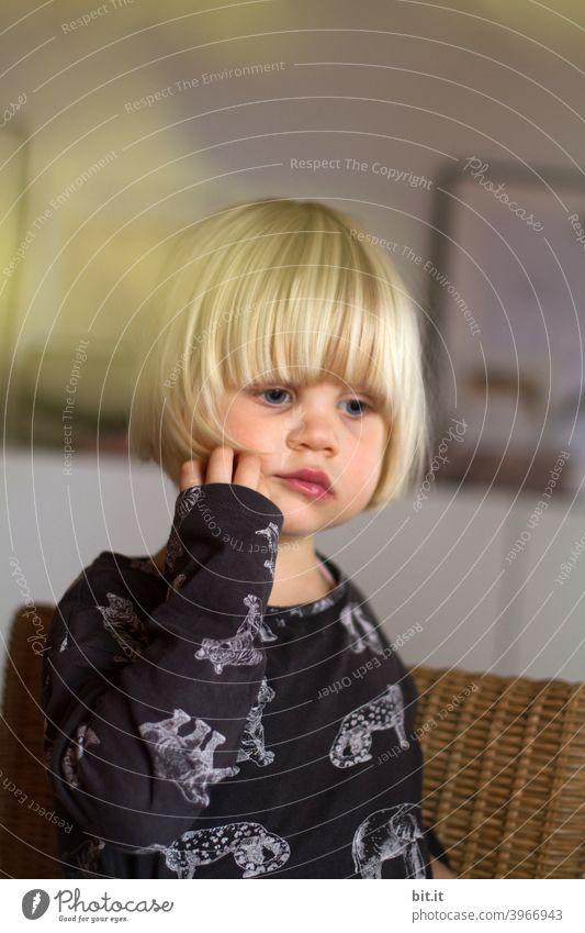 Au Backe...ich kann ja Löcher in die Luft starren. Kind Kindheit Kindergarten Mädchen Kleinkind Hand Finger Schmerz Schmerzen Zahnarzt Zahnschmerzen halten
