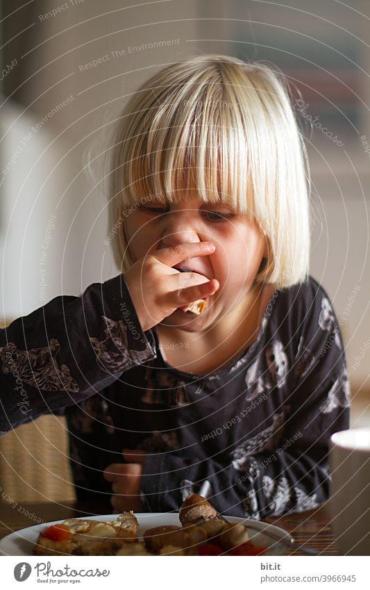 So muss man das halten. Kind Kindheit Kindererziehung Kindergarten Kindergeburtstag Mädchen mädchenhaft Essen essen und trinken hungrig Hunger Gier gierig
