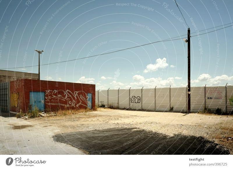 funky broadway Industrie Hafenstadt Stadtrand Menschenleer Industrieanlage Fabrik Mauer Wand Straße Graffiti dreckig heiß Einsamkeit Krise Vergänglichkeit