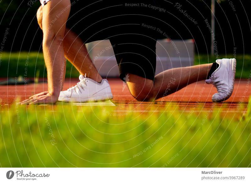 Startposition des Läufers. athelte bereitet sich auf den Sprint vor. Läuferstart rennen Sprinten Rennen Training Konkurrenz Marathonläufer 400 m Sprint Athlet
