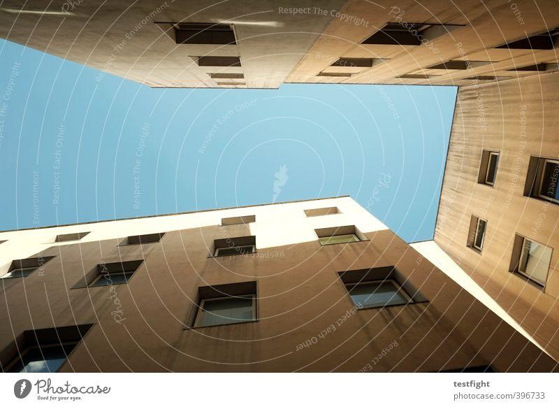 von unten nach oben Stadt Bauwerk Gebäude Architektur dreckig hoch Wärme blau Hinterhof Wohnhaus Himmel (Jenseits) Farbfoto Textfreiraum Mitte Tag Licht