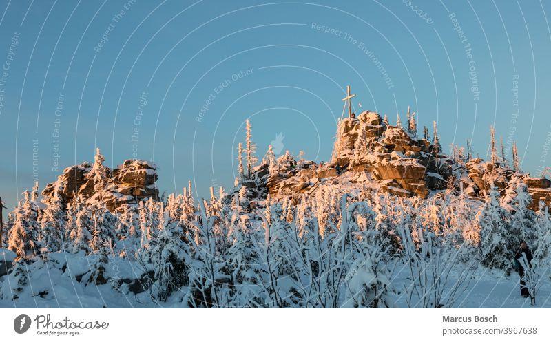 Dreisesselfelsen im Abendlicht Felsen Frost Gipfelfelsen Granitfelsen Himmel Huegel Mittelgebirge Mittelgebirgslandschaft Nadelwald Waelder Wald Waldgebiet