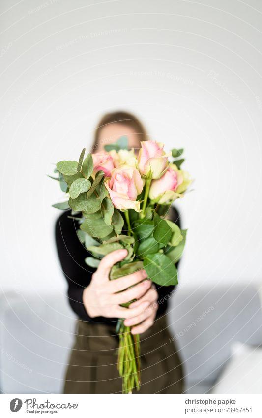 Frau hält Strauß Blumen in der Hand Blumenstrauß Geschenk Pflanze Liebe Rose Valentinstag Muttertag Blüte rosa schenken Farbfoto Nahaufnahme