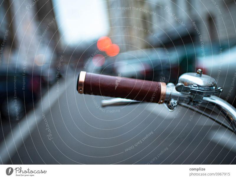 klingeling klinegelng klingelnge kliegelinge kilngelinege Schutzblech Geschwindigkeit Reifen Fahrradlenker retro Stil Finger Straße Fahrradfahren Leben Farbfoto