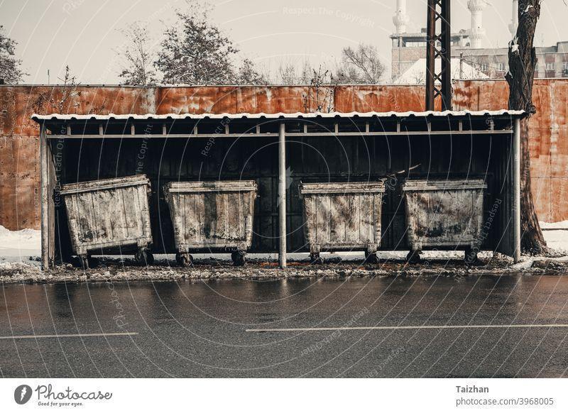 Metall-Mülltonnen Nahaufnahme Behälter Entsorgung grau Deckel Rad Container urban Abfall Umwelt Straße horizontal Fetzen umgebungsbedingt satt Bild Trödel