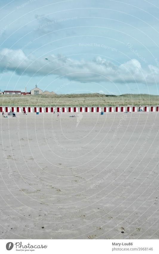 Strand mit roten Umkleidekabinen Menschenleer Weite Wolken wolkig Meer Sand Spaziergang Wasser Küste Ferien & Urlaub & Reisen Landschaft Außenaufnahme Farbfoto