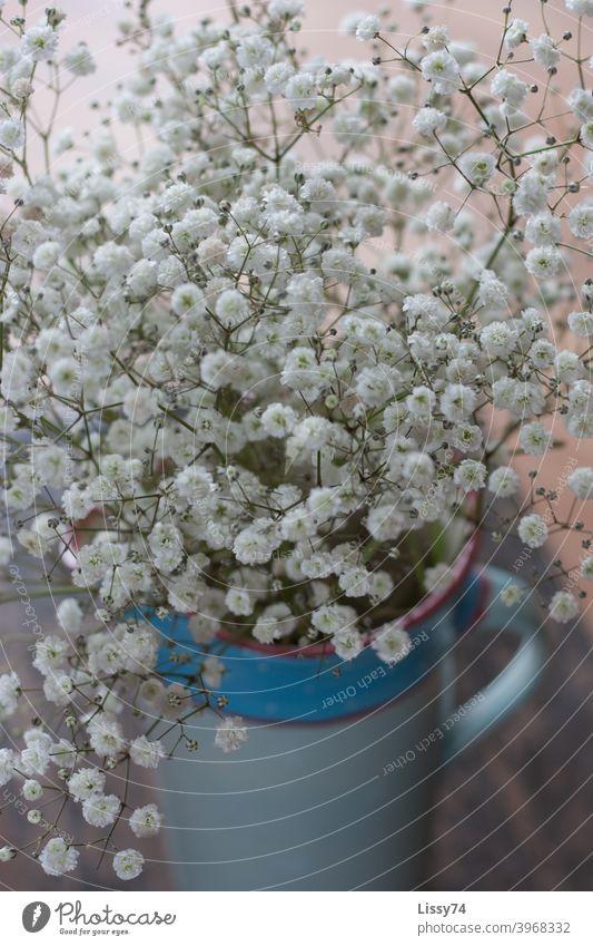 Schleierkraut in einem blauen Tonkrug Vase Pflanzen Dekoration Tischdeko weiß