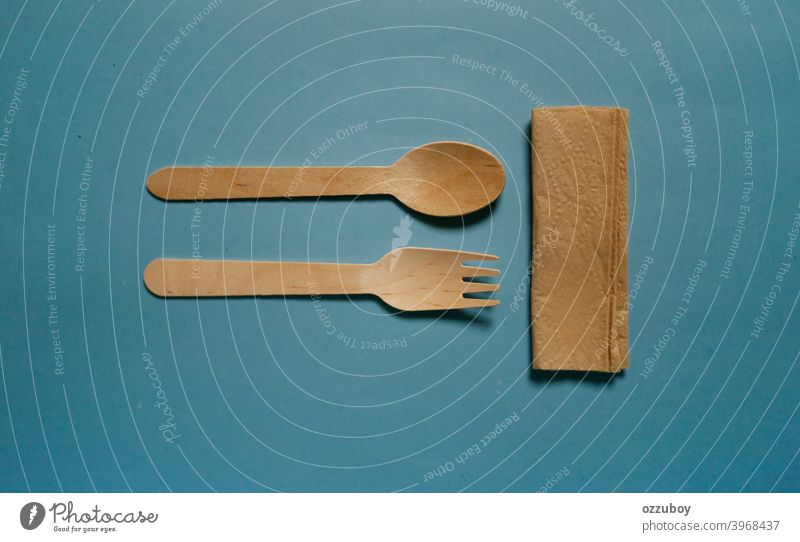 flat lay Holzlöffel und Gabel isoliert auf blauem Hintergrund Utensil Löffel Werkzeug Gerät braun Küche hölzern Objekt traditionell Essen zubereiten vereinzelt