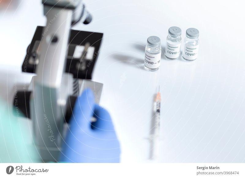 Covid-19-Impfstoffdosis unter dem Mikroskop. Coronavirus COVID Korona Virus Behandlung Kur Medikament Einspritzung Schuss Therapie klinisch Krankenhaus 2019
