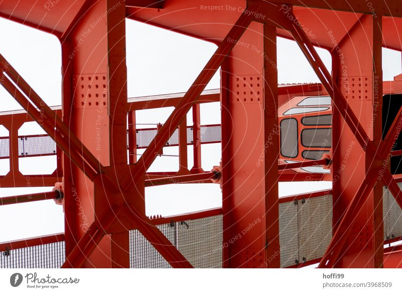 rote Stahlkonstruktion eines Hafenkrans Stahlträger Kran Konstruktion Brücke Eisen Industrie Metall Detailaufnahme Verladekran verladen Industrieanlage