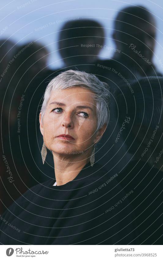 Nachdenklich attraktive Frau mittleren Alters, mit toller grauer Kurzhaarfrisur, allein unter vielen Menschen Erwachsene Weiblicher Senior Leben 1 45-60 Jahre