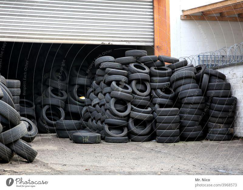 Reifenhandel Reifenprofil Gummi schwarz Altreifen Recycling Schrott entsorgung gestapelt müll Müllentsorgung Recyclinghof Sondermüll material Haufen