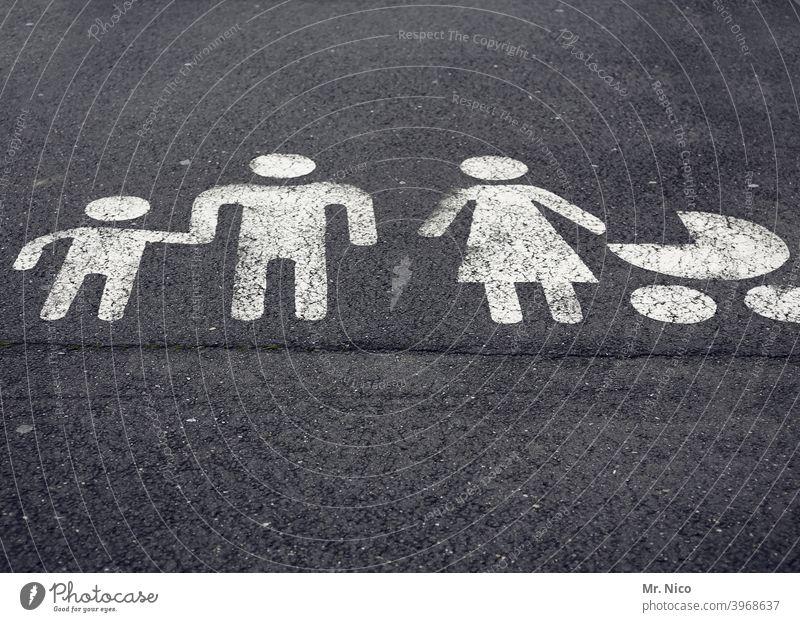 Familienparkplatz Fußgängerzone grau Wege & Pfade Fußgängerübergang Straßenverkehr Fußweg Schilder & Markierungen Strichmännchen Bodenbelag Männchen Asphalt