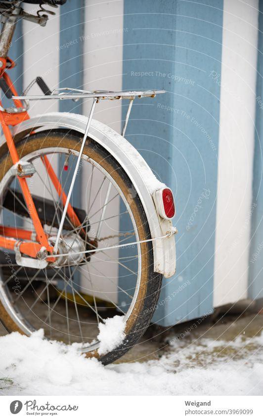 Fahrrad mit Schnee Klapprad vintage retro Winter Licht orange blau Mobilität Verkehr parken Ruhe
