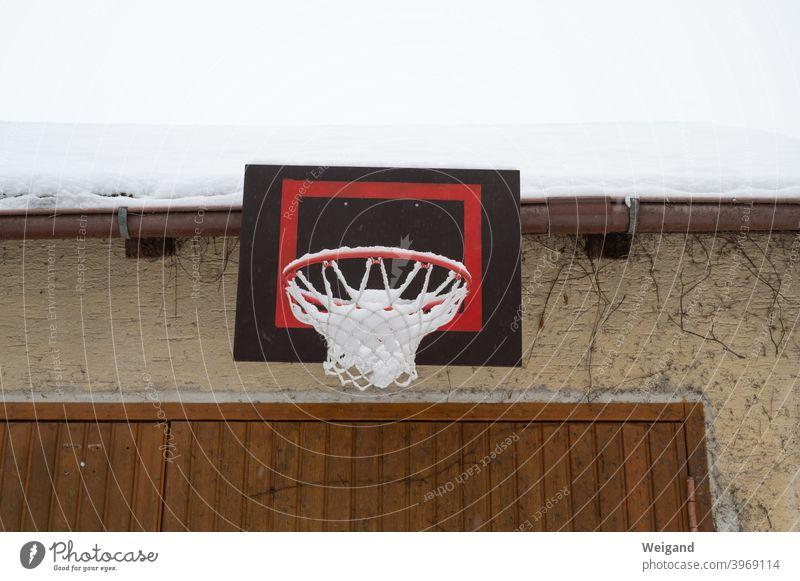 Basketballkorb im Winter Lockdown Kindheit Korb Sport Hinterhof Schnee trostlos trist langeweile kalt Jugend