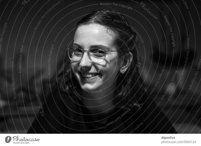 schwarz-weiß ist besser Frau Junge Frau Porträt feminin schön 18-30 Jahre Mensch Gesicht Jugendliche Schwarzweißfoto Haare & Frisuren lachen lachend
