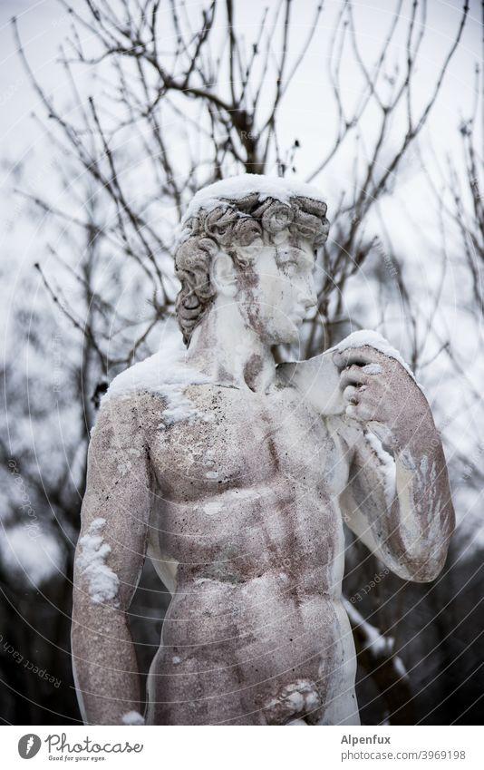 Schamgrenze Statue nackt Erotik Schambereich Schnee Sex Genital Akt Mann Sexualität maskulin Junger Mann muskulös Oberkörper Körper Lust Farbfoto Begierde
