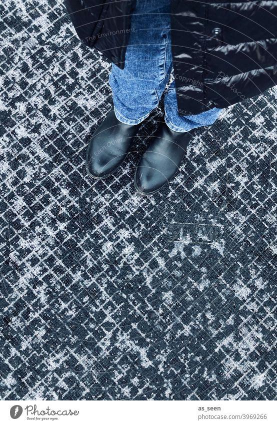 Im Winter rumstehen Schnee Schneerest Muster Grafik grafisch Strukturen und Formen quadrate Kästchen schwarz weiß Gehweg Boden Bodenplatten Strukturen & Formen