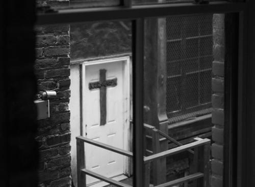 Kreuz durchkreuzen Schwarzweißfoto Christentum Christliches Kreuz Katholizismus Fenster Religion & Glaube Symbole & Metaphern Kruzifix Tod Spiritualität Gebet