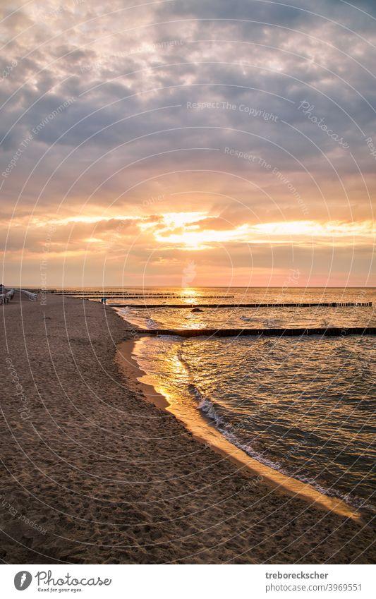 Strand mit Buhnen auf der Insel Rügen im Abendlicht baltisch MEER reisen Sonnenuntergang Urlaub Küste Sommer Landschaft Feiertag Wasser Ansicht Europa Himmel