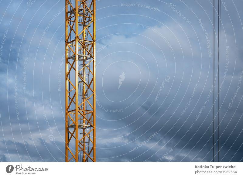 Baukran in der Abendsonne Baustelle Kran Himmel Außenaufnahme Tag bauen Wolken Arbeit & Erwerbstätigkeit Technik & Technologie Menschenleer Industrie Wirtschaft
