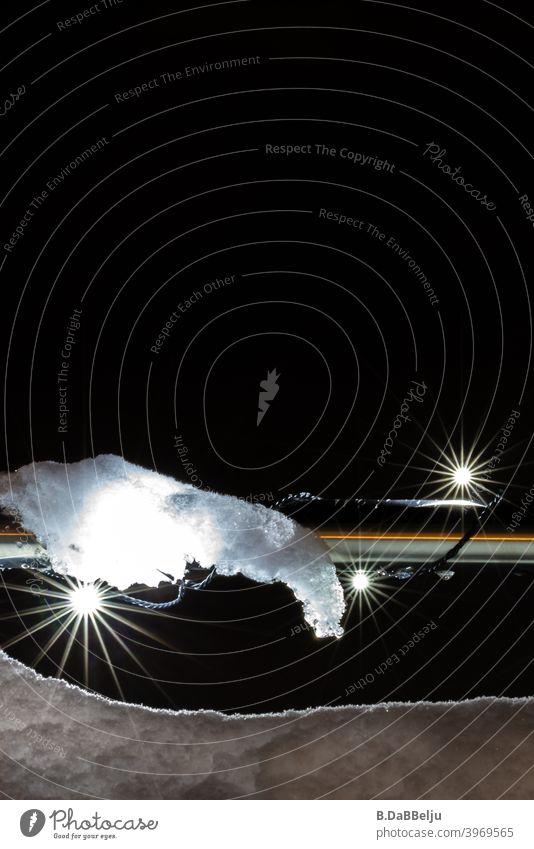 In der Nacht leuchten die Sternenlichter im Schnee. Winter dunkel Lichterkette Eis Weihnachtsbeleuchtung Außenaufnahme Weihnachten & Advent Menschenleer Abend