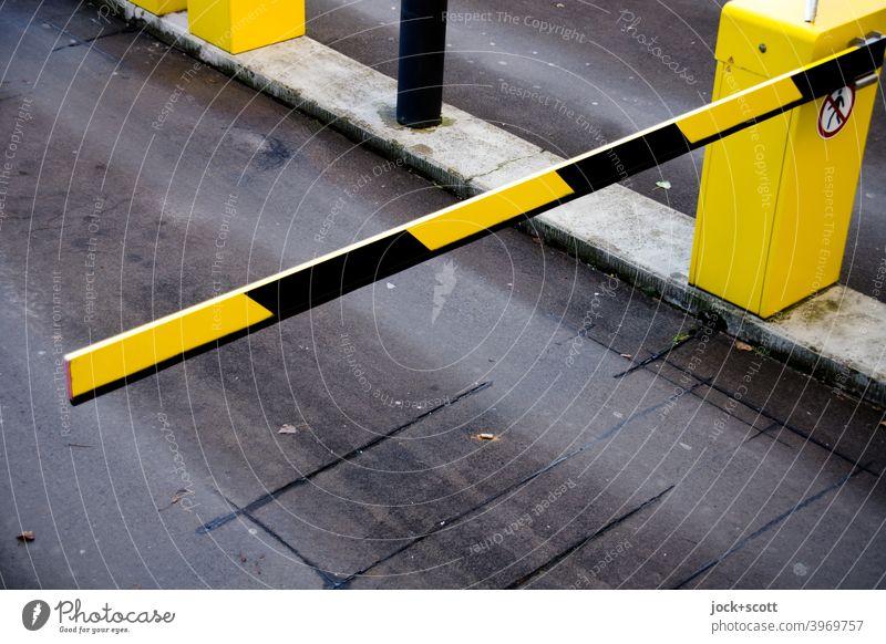 Zufahrtskontrollsystem, Schranke zwischen dir und den Parkplatz Parkhausschranke Straße Einfahrt Verkehrswege Vogelperspektive fußgänger verboten Warnschild