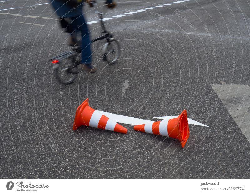 Leitkegel leitet Radfahrer um den frisch aufgemalten weißen Pfeil herum Fahrbahnmarkierung Verkehrswege Asphalt Straße Richtung Verkehrszeichen Orientierung neu