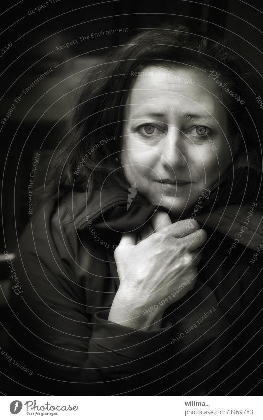 was wird ... Frau Porträt ängstlich Angst Sorge Blick in die Kamera frieren Mensch feminin Traurigkeit Einsamkeit Gefühle Stimmung Sehnsucht Trauer fürchten