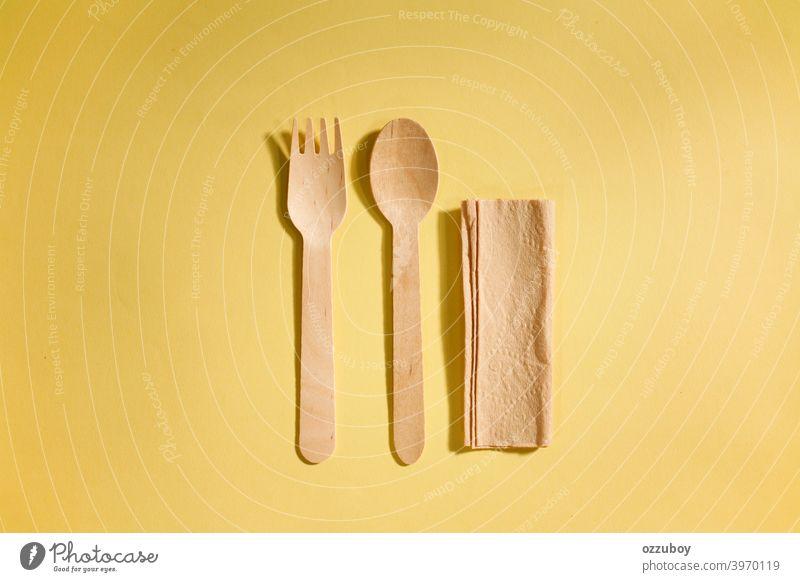 flat lay Holzlöffel und Gabel isoliert auf gelbem Hintergrund Utensil Löffel Werkzeug Gerät braun Küche hölzern Objekt traditionell Essen zubereiten vereinzelt