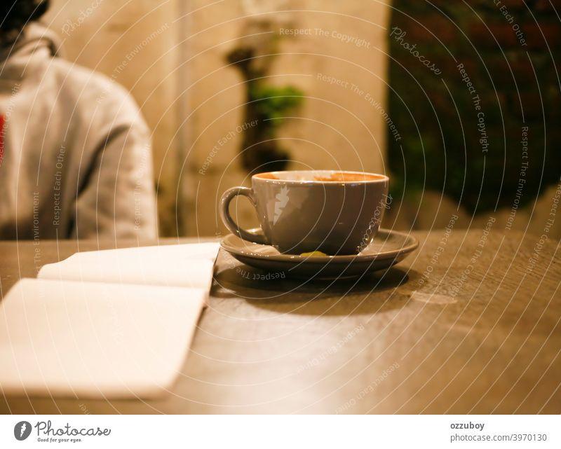 Tasse Cappucino im Cafe Café Becher Tisch Koffein Cappuccino trinken Hintergrund liquide weiß melken Getränk leer heiß Latte Frühstück braun Nacht schließen