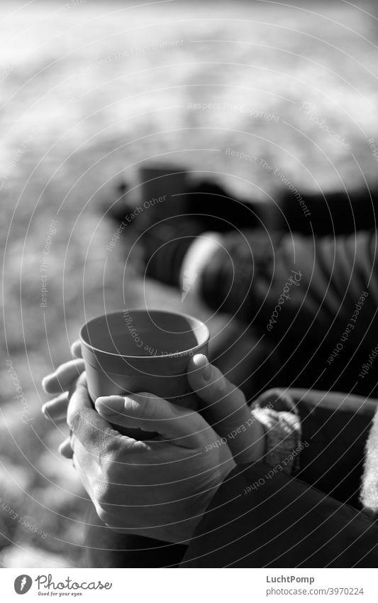 Frauenhände umschließen einen Becher Schwarzweißfoto Hände Kaffeepause Kaffeetrinken Heißgetränk Getränk Kaffeebecher genießen Lebensmittel Nahaufnahme Pause