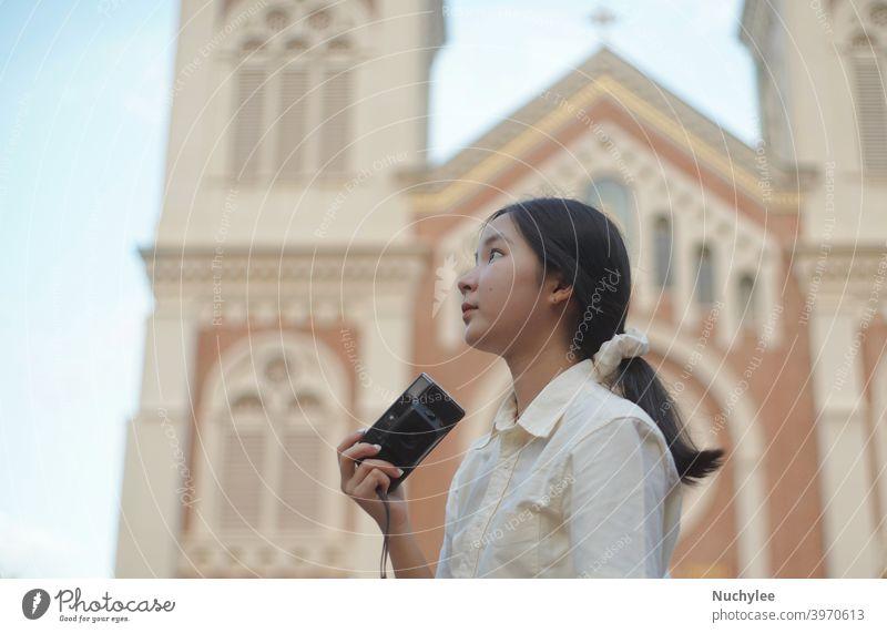 Junge asiatische Millennial Teenager-Mädchen mit Kamera während des Reisens in der Straße und Kirche Hintergrund, Teenager und Reise-Konzept attraktiv schön