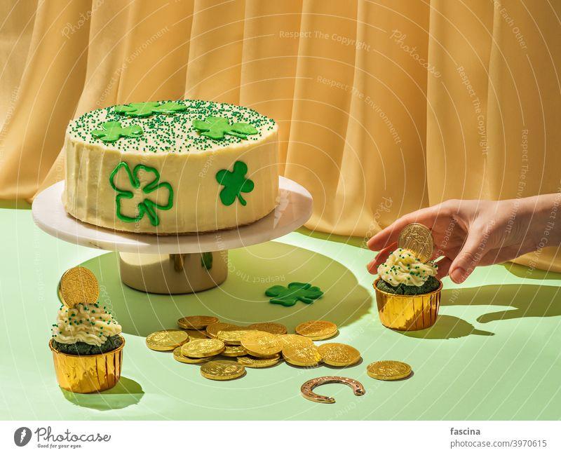 Essen für Saint Patrick's Day Party, modernes Stillleben patrick tag Lebensmittel Konzept kreativ M Tag Heilige Samt Cupcake grün Kuchen gold Kunst Surrealismus