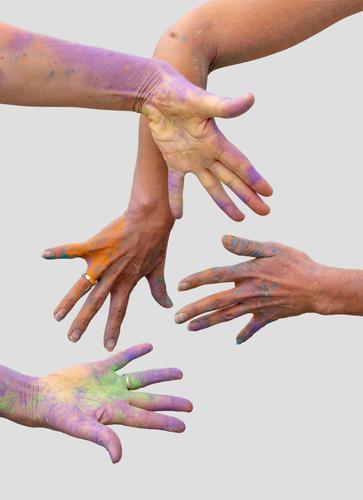 bunte Hände Hand Glück Holi Farbe Feier Spaß Pulver Farbstoff heilig Fröhlichkeit zu feiern Aktivität farbenfroh platschen pulsierend Nahaufnahme Kreativität