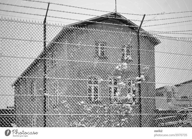 Schwer zugänglich Maschendrahtzaun Begrenzung Haus Fenster Wand Mauer Stadt Außenaufnahme ruhig Totale Menschenleer Detailaufnahme Grundstück Fassade Absperrung
